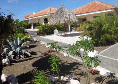 De tropische tuinen stralen een oase van rust uit.
